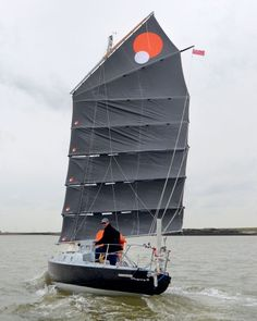 Mingming II The seven-part mainsheet is attached to the end of all six battens as well as the boom, enabling the helmsman to keep the leech in line with the boom and spreading the load over the whole rig, with the pushpit doubling as the mainsheet 'traveller'. Credits: Yachting Monthly