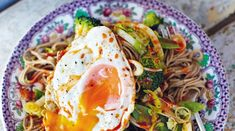 Jamie Oliver's hungover noodles with crunchy veg, egg noodles and a runny egg Jamie Oliver, Chefs, Vegetable Recipes, Vegetarian Recipes, Veggie Meals, Runny Eggs, Asian Recipes, Ethnic Recipes, Chinese Recipes