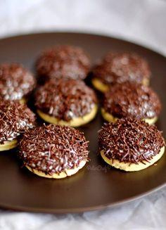 Geçen gün oğlumun çantasında arkadaşının verdiği Eti Pufu görünce karar verdim bu kurabiyeleri yapmaya. İstersen onu yeme ben sana yaparım akşama dedim ve epeydir yapmak istediğim bu kurabiyeleri yaptım. Oğlum akşam gelip kurabiyeleri görünce çok sevindi ama