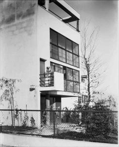 Weißenhofsiedlung: Corbusierhaus – German Digital Library - All About Balcony Bauhaus Interior, Japanese Architecture, Residential Architecture, Architecture Design, Le Corbusier, Create Floor Plan, Less Is More, White Stone, Facade