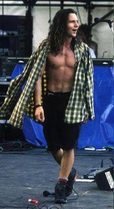 Eu não sei se me apaixonei pela roupa dele, pelo cabelo dele ou por ele por completo  Leia agora os nossos artigos sobre música grunge em http://mundodemusicas.com/category/grunge/