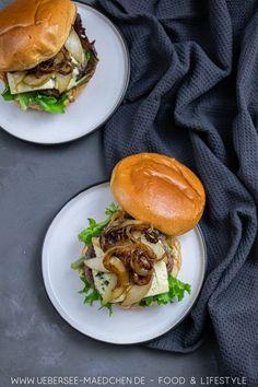 Würziger Blauschimmelkäse trifft süße Birne: Burger mit Gorgonzola ist eine unschlagbar leckere Kombination. Braucht nur wenige Zutaten und wenig Zeit, bis dieser Burger fertig gekocht ist.  Mit Brioche-Brötchen und klassischem Hackfleisch-Patty. | Recipe for burger with sweet pear and salty blue cheese - perfect combination, you have to try it. Beste Burger, Salmon Burgers, Easy Peasy, Ethnic Recipes, Party Ideas, Grilled Bell Peppers, Ground Meat, Blue Cheese Burgers, Few Ingredients
