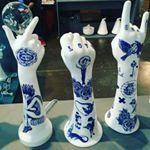 Objetos de desejo do dia cermicas tatuadas criadas pela artista brasileira evelyntannus    ftcinsta ceramic ceramica evelyntannus evelyntannusmaos tattoo tatuagem inked followthecolours wishlist objetodedesejo queremos ceramics