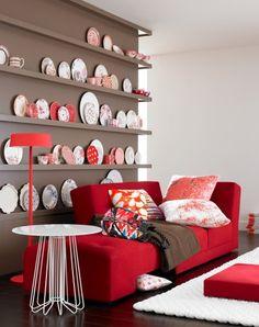 Schöner Kontrast: Taupe mit Rot und WeißGrau ist eine neutrale, unbunte Farbe. Kombiniert mit Braun wird daraus der Farbton Taupe, und der ist herrlich warm und behaglich und bringt Signalrot und frisches Weiß so richtig zum Leuchten. Wand und Regale sind hier Ton in Ton gestrichen. So kommen die farbenfrohen Teller und Tassen besonders gut zur Geltung.