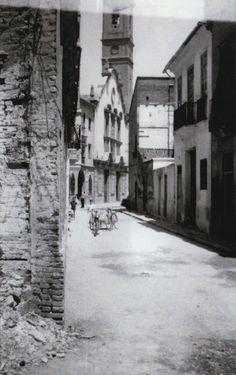 Iglesia del Rosario desde la calle Abadía del Rosario y la plaza de Calabuig. Año 1961.