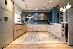 #Ukitchen #Ushapedkitchen #modernkitchen #kitchendesign #kitchenfurniture #kitchenideas #KUXAstudio #KUXA #KUXAkitchen #bucatariemoderna #bucatarieU #whitekitchen #woodkitchen #beigekitchen U Shaped Kitchen, Home Kitchens, Modern, Kitchen Cabinets, Beige, Furniture, Studio, Wood, House