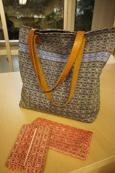 ヴェヴ セーデル M Design Logo, Woven Bags, Dobby Weave, Weaving Patterns, Tapestry Weaving, Cute Bags, Rug Hooking, Bag Making, Purses And Bags