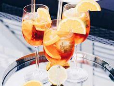 Aperol spritz - mousserande aperitif | Recept från Köket.se Irish Coffee, Scones, Rum, Martini, Alcoholic Drinks, Food And Drink, Frozen, Wine, Recipes