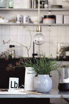 Keukentafel met planten en lantaarn | Kitchen table with plants and lantern | House Doctor
