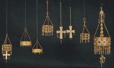 Tesoro de Guarrazar, Toledo. Fue encontrado por dos labradores dentro de una cámara. Está formado por diez coronas votivas, ocho cruces y una escena de la Anunciación tallada en una esmeralda. Incluye la corona de Recesvinto.