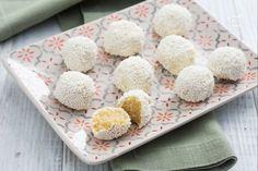 I tartufini al limone sono delle golose praline senza cottura ricoperte di cioccolato bianco e codette di zucchero, perfette per la bella stagione!