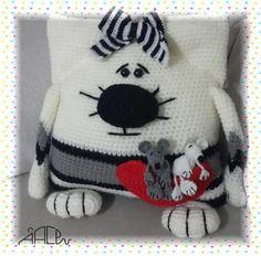 Patrón para hacer este Precioso y original cojín de gatos y ratones tejido en la técnica amigurumi. Ya sabéis que el tamaño del cojín dependerá del grosor delmaterial que utilicéis. Crochet Baby Hat Patterns, Crochet Baby Hats, Love Crochet, Amigurumi Patterns, Amigurumi Doll, Knitting Patterns, Plush Pattern, Free Pattern, Crochet Pillow