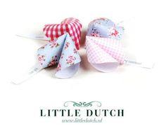 Valentine DIY free printable @Kathy Davis-Reid Dutch 96 |  Valentijn DIY Fortune cookies van Little Dutch Diy Paper, Paper Crafts, Origami, Diys, Valentines Day, Baby Shoes, Fonts, Printables, Craft Ideas
