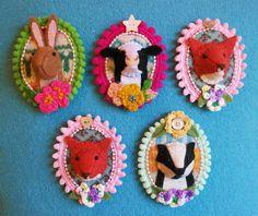 Wool felt mini Trophy 'Fauxidermy' brooch by Annie Montgomerie on Etsy Art Textile, Textile Jewelry, Fabric Jewelry, Felt Diy, Felt Crafts, Fabric Crafts, Art Fil, Felt Embroidery, Felt Brooch