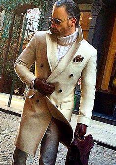 【差し色アイテムが肝】ベージュチェスターコート×グレーパンツ(メンズ) | Italy Web