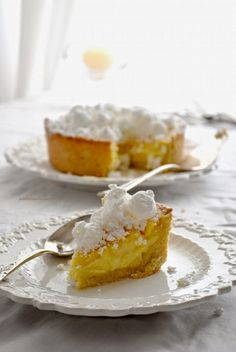 Torta con frolla alle mandorle, crema di mascarpone al Marsala e meringhette