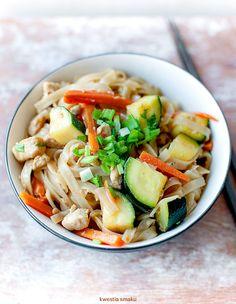 Makaron ryżowy smażony z kurczakiem, cukinią i marchewką