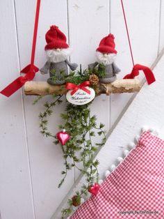 """Es muss nicht immer ein Türkranz an der Tür hängen. Zwei Wichtelfreunde auf einem Birkenast wünschen Ihren Besuchern schon an der Haustür """"Frohe Weihnachten"""", unterhalb wurde eine künstliche..."""