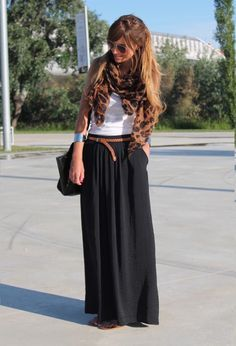 Black maxi skirt, white tank and print accessories - might have to go back to the store to get the black skirt now :) Mode Outfits, Skirt Outfits, Casual Outfits, Black Maxi Skirt Outfit, Casual Skirts, Dress Black, Unique Fashion, Look Fashion, Womens Fashion