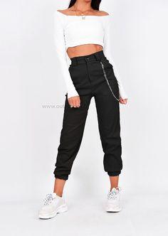Pantalon cargo noir avec chaîne - Ropa Tutorial and Ideas Cargo Pants Outfit, Cargo Pants Women, Sweatpants Outfit, Trouser Outfits, Sporty Outfits, Casual Winter Outfits, Grunge Outfits, Trendy Outfits, Summer Outfits