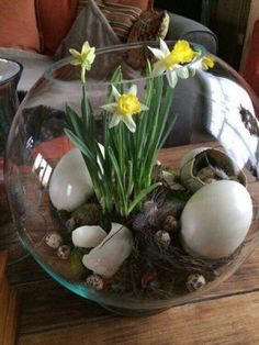 An Easter terrarium! It can be used just as a decoration or as a centerpiece, and you can make a terrarium in various styles and shades. Here are some ideas. Ostern Party, Diy Ostern, Easter Flower Arrangements, Floral Arrangements, Easter Bunny, Easter Eggs, Creation Deco, Deco Floral, Easter Table