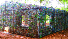 Plastic Bottle Village een dorpje in Panama dat gebouwd wordt met PET-flessen als isolatiemateriaal met name tegen de warmte. Robert Bezeau liet zich inspireren door de oneindige berg afval van plastic flessen.