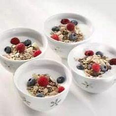 Itse tehty viili ja jogurtti tarjotaan tuoreilla marjoilla höystettynä.