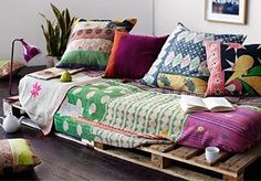 The pallet couch has become hugely popular recently. A cheaper and cooler DIY alternative to boring store-bought sofas, it's a great addition to any home. Diy Pallet Couch, Pallet Furniture, Pallet Daybed, Pallett Bed, Pallet Lounge, Diy Casa, Decoration Inspiration, Interior Inspiration, Kantha Quilt