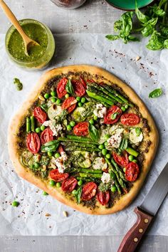 This spring cheeseless pizza is is loaded with veggies pesto and vegan ricotta it's ideal for vegans or those looking to eat healthier. Vegan Pizza Recipe, Vegan Recipes, Delicious Recipes, Salade Healthy, Prosciutto Pizza, Ricotta Pizza, Pesto Pizza, Lazy Cat Kitchen, 12 Recipe