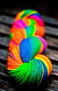 Rainbow yarn color splash (¯`'•.¸de l'arc-en-ciel¸.•'´¯)