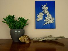 """Find more handmade maps on https://www.etsy.com/shop/BeauGrandMonde  Have the entire United Kingdom on your wall!  - painted wooden plate (poplar) with - strung United Kingdom map motive made of - black nails and - white wool.  Dimensions: 11.8"""" x 8.3"""" x 0.6"""" - 30cm x 21cm x 1,5cm"""