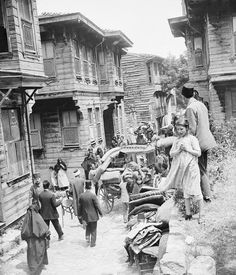 1919 Istanbul - escape from the great fire Old Pictures, Old Photos, Istanbul Pictures, Turkey History, The Great Fire, Urban Architecture, Vernacular Architecture, Ottoman Empire, Historical Pictures