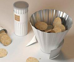 Paling enak makan kripik kentang. Kalau wadahnya seperti ini, bisa rame-rame kan?