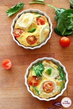 Jajka zapiekane z warzywami i kozim serem. Pyszne, zdrowe i bezglutenowe śniadanie. Pięknie podane w sam raz na dobry początek dnia. Frittata, Healthy Recipes, Healthy Food, Gluten Free, Yummy Food, Drinks, Cooking, Breakfast, Desserts