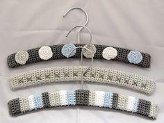 CuteDutch: Gehaakte kledinghangers Crochet Coat, Crochet Baby, Free Crochet, Knitting Stiches, Knitting Patterns, Crochet Patterns, Baby Coat Hangers, Hanger Crafts, Diy Hangers