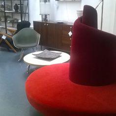Social sitting #tatlin @edra & #eames chair watching #spazio900design #showroom #Milan #smartdesign #vintagefurniture
