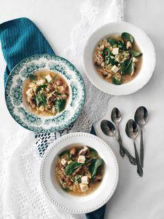 Soupe repas d'orzo aux champignons, aux épinards, au tofu & au sésame | Orzo soup with mushrooms, spinach, tofu and sesame