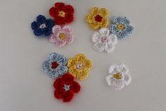 Disse blomster er så nemme,at alle som kan hækle kan være med.Brug blomsterne som applikationer, på diverse hækle og strikke design. Jeg har brugt bomuldsgarn 8/4 og nål nr. 2,5Knoppen:: Hækl 5 lm og
