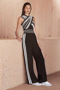 Tadashi Shoji Resort 2019 Fashion Show Collection: See the complete Tadashi Shoji Resort 2019 collection. Look 2 Women's Summer Fashion, Fashion 2018, Runway Fashion, High Fashion, Fashion Outfits, Womens Fashion, Fashion Trends, Jumpsuit Elegante, Looks Black