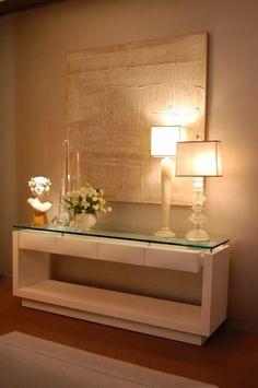 Aparador com tela texturizada, abajour moveil branco e vidro. Para colocar no hall na subida da escada. Si quieres muchas más ideas para tus espacios puedes visitar www.solerplanet.com