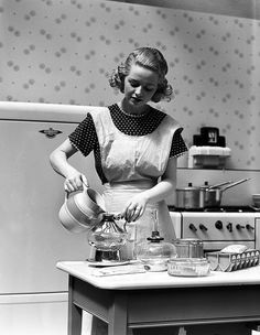 Vintage Housewife, Retro Housewife, Vintage Photographs, Vintage Photos, The Good Wife's Guide, Creepy Houses, Perfect Wife, Homemaking, Vintage Kitchen