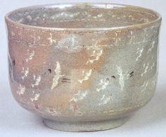 083 雲鶴茶碗 銘「あしべ」 静嘉堂文庫 高麗青磁で作られた器の中でも象嵌に鶴や雲などの紋様を持ち、茶碗に見立てられたものは雲鶴茶碗と呼ばれています。色のバリエーションは赤みがかったもの、茶色っぽいもの、きれいな青色などいくつか種類が見られ、形も筒型・碗型の両方があります。