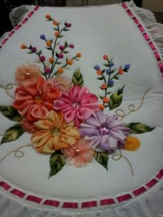 Juegos de baños bordados con listón Ribbon Embroidery Tutorial, Hand Embroidery Stitches, Silk Ribbon Embroidery, Embroidery Patterns, Beaded Flowers Patterns, Acrylic Painting Inspiration, Bathroom Crafts, Ribbon Art, Beautiful Crochet