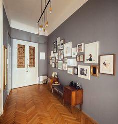 Die Wandfarbe und die bilderwand mit reisebildern