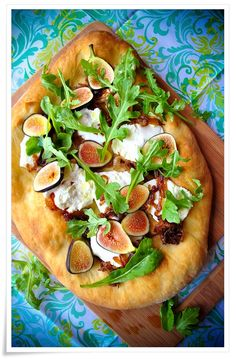 Fig, Caramelized Onion, and Goat Cheese Flatbread Pizza.lest we not forget the arugala! Goats Cheese Flatbread, Goat Cheese Pizza, Flatbread Pizza, Flatbread Appetizers, Pizza Pizza, Gourmet Recipes, Appetizer Recipes, Snack Recipes, Cooking Recipes