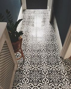 flooring options Real Home Inspiration: ceramic tile flooring vs hardwood that look beautiful Hall Tiles, Tiles Uk, Tiled Hallway, Entryway Tile Floor, Hallway Paint, Modern Hallway, Hall Flooring, Stone Flooring, Flooring Tiles