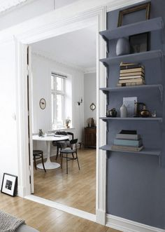Grey wall and shelves. A pretty Norwegian home with inspiring touches. Randi Mageli / Filippa Tredal.