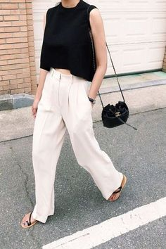 White high waisted trouser, black top and flat sandals Are you looking for effortless minimalist outfit ideas to refresh your spring wardrobe? For no brainer easy mornings, we round up fifteen looks to get you inspired. You probably already have the ke… Mode Outfits, Chic Outfits, Fashion Outfits, Fashion Trends, Fashion Ideas, Fashion Tips, Look Fashion, Spring Fashion, Fashion Women