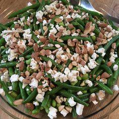 Super lækker bønnesalat med feta og saltmandler samt sennepsdressing. Den er hurtig og let at lave, hvilket er ideelt til den travle hverdag.