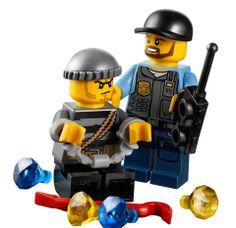 Lego City Police ATV 60006 lego.gen.tr de. Kaçırmayın.! Şehirde hırsızlık sayısı artmış. Bu duruma bir dur demenin vakti gelmedi mi? Şehir beklemez, bir an önce toparlanması gerekiyor. Elmaslar çalınmış, bankalar soyulmuş, şehir karışmış bir halde. Bu şehrin en güçlü ve başarılı polisi olmaya ne dersin? O halde büyük ve zorlu bir görev daha seni bekliyor. Sen de hemen Lego City Police ATV 60006 'na atla ve onu yakalayarak cezalanmasını sağla.